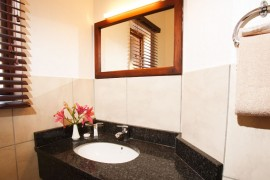 Bathroom with mirror and basin